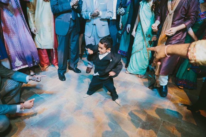criança se divertindo festa de casamento